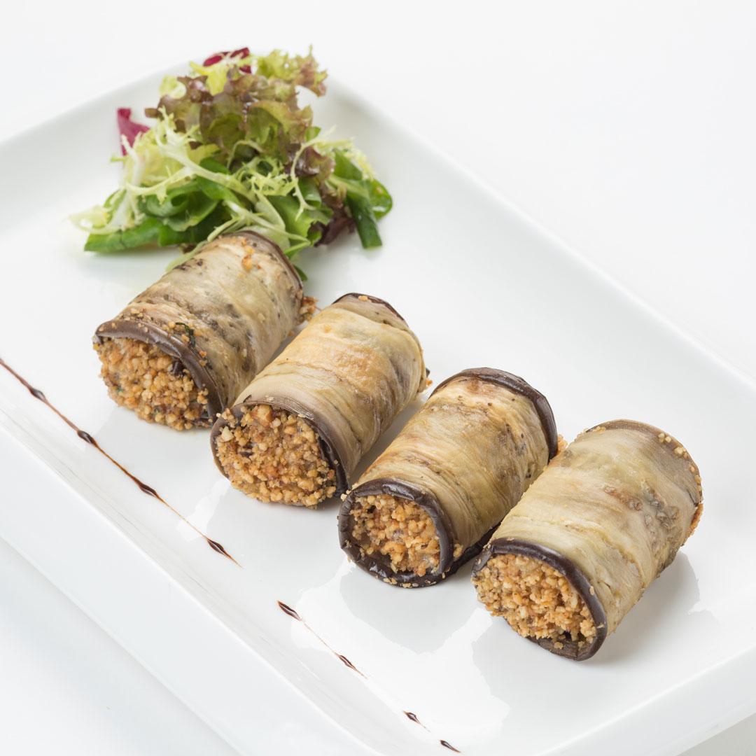 Рулеты из баклажанов с ростбифом и печеными овощами