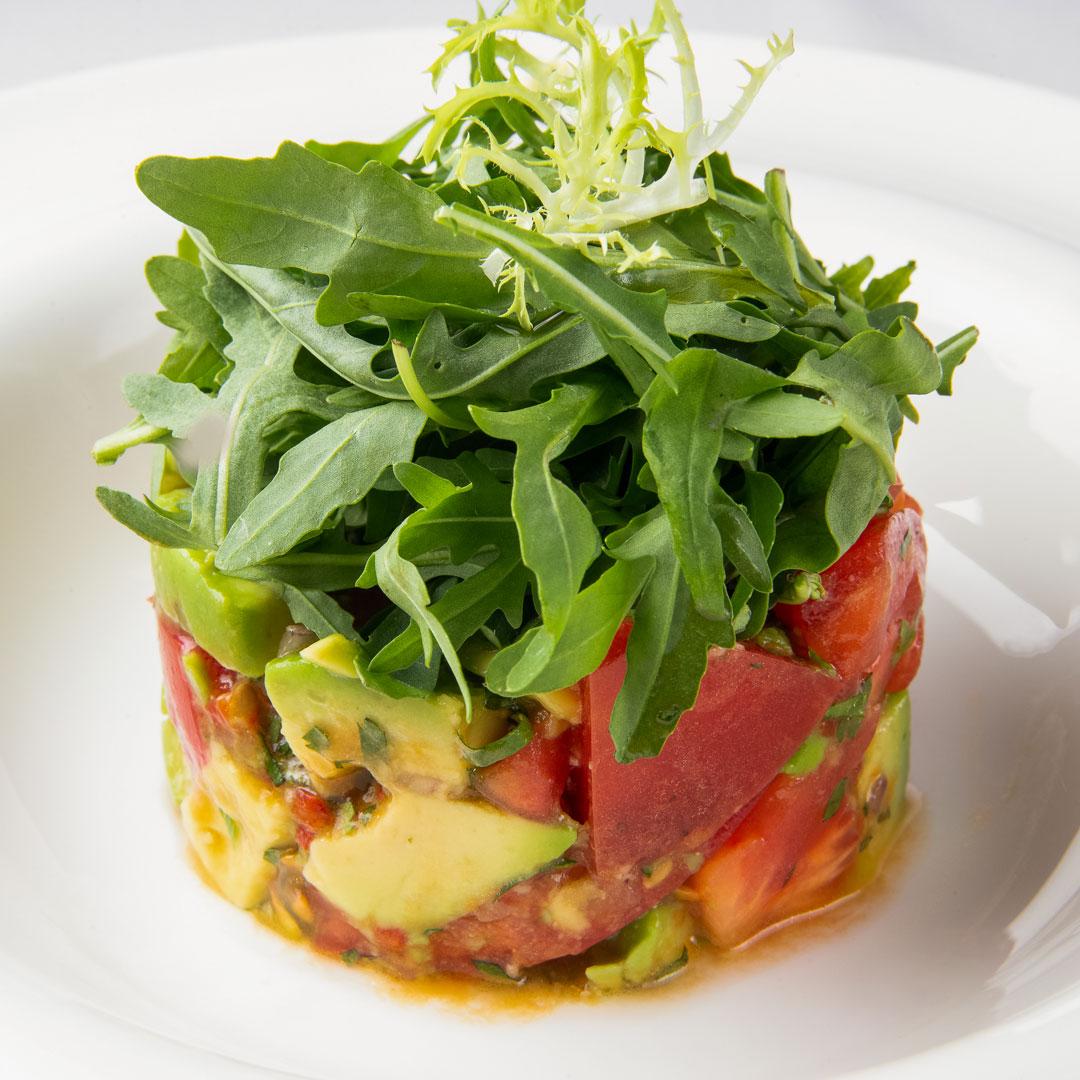 Авокадо с томатами, кинзой и базиликом