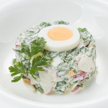 Салат из редиса, зеленого лука с яйцом и сметаной