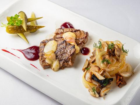 Медальоны из говядины с картофельными оладьями, грибами и трюфельным маслом