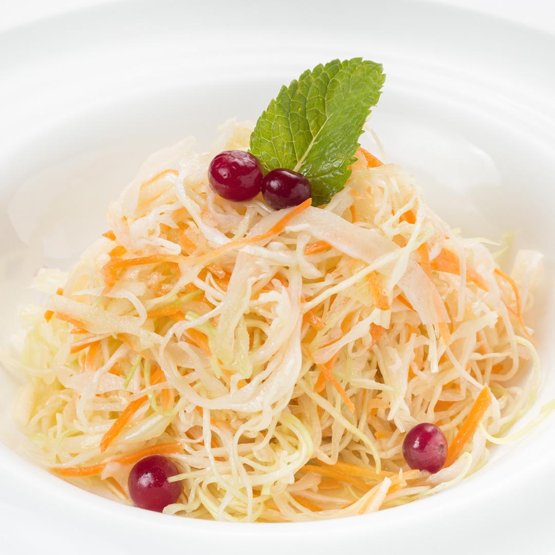 Салат витаминный из свежей капусты с яблоком и сельдереем