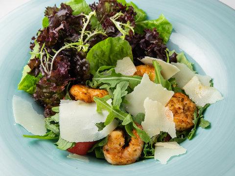 Салат из тигровых креветок с авокадо, черри и пармезаном