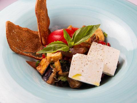 Салат с запечёнными баклажанами, томатами и кинзой