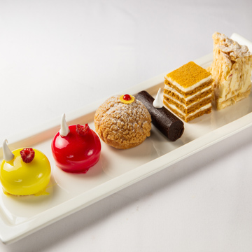 Набор мини-десертов (булочка «Шу», вишневый, манговый, «Картошка», медовик, «Наполеон» old style)