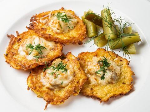 Картофельные драники с белыми грибами и соленым огурчиком