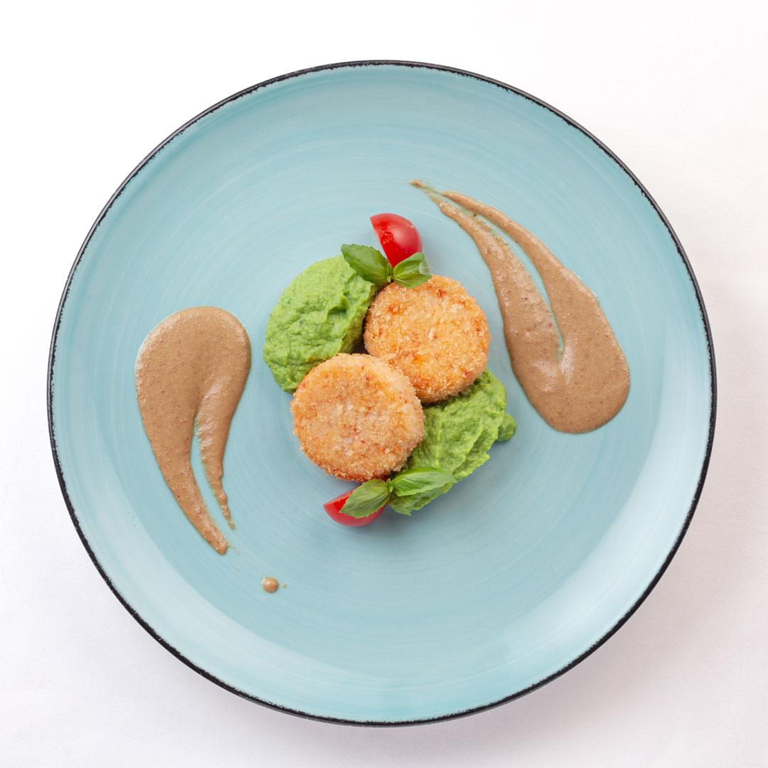 Крабовые котлеты с пюре из цветной капусты и шпината