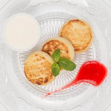 Сырники с клубничным соусом