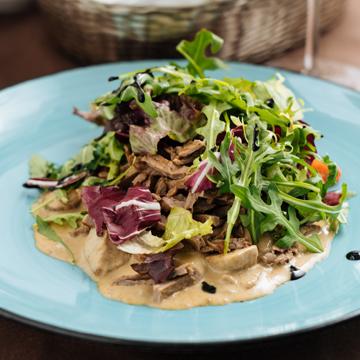 Теплый салат с ростбифом и белыми грибами в сливочно-имбирном соусе
