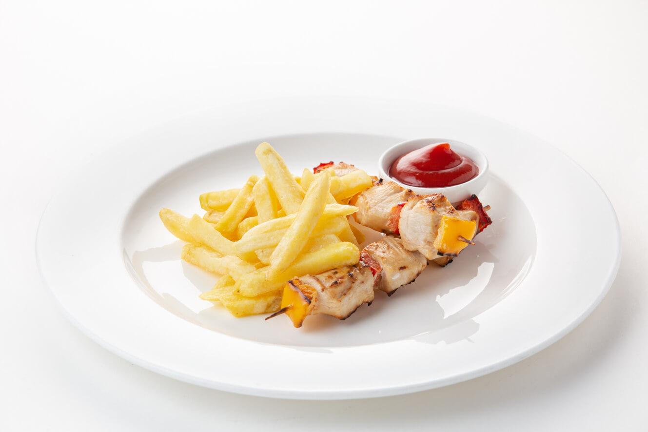 Шашлычок из куриного филе с картофелем фри и томатным соусом
