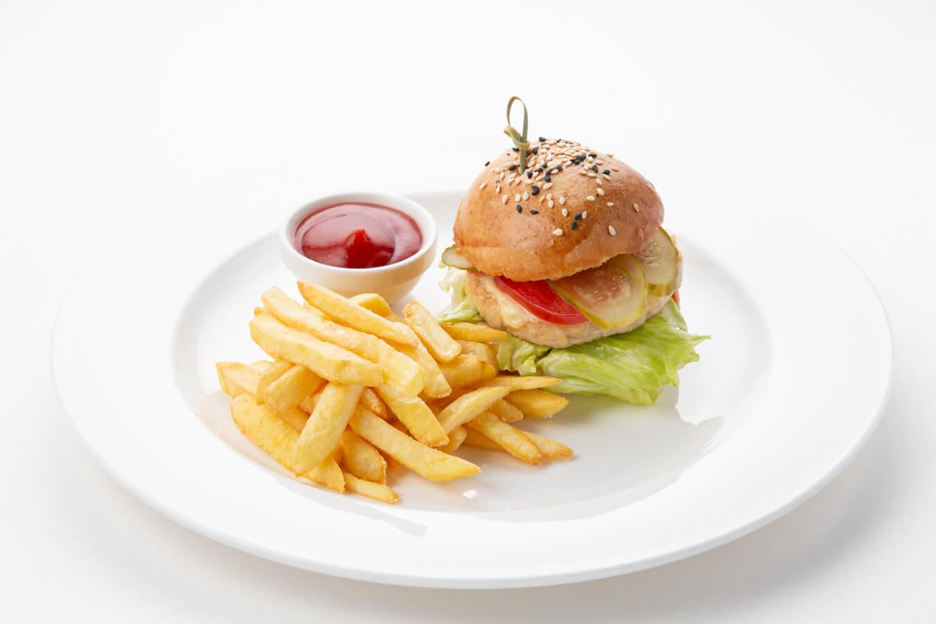 Гамбургер с картофелем фри и сырным соусом