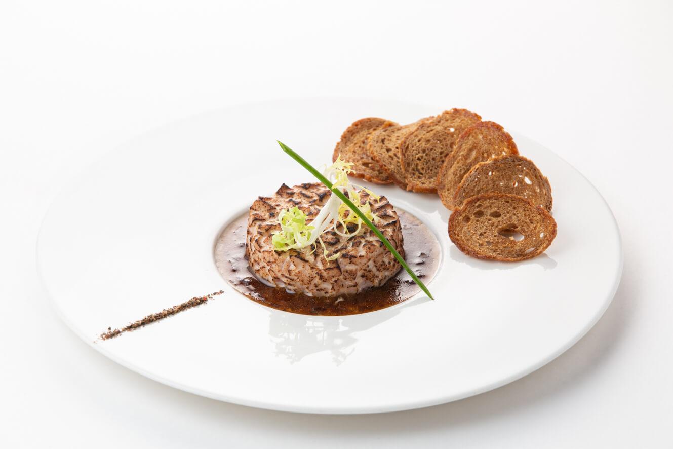 Тартар из тунца с запеченной корочкой