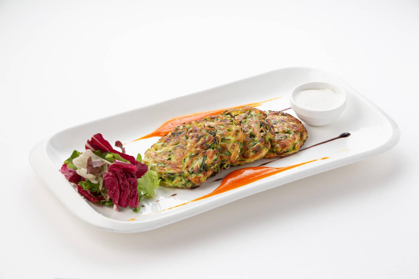 Оладьи из кабачков со шпинатом и папричным соусом
