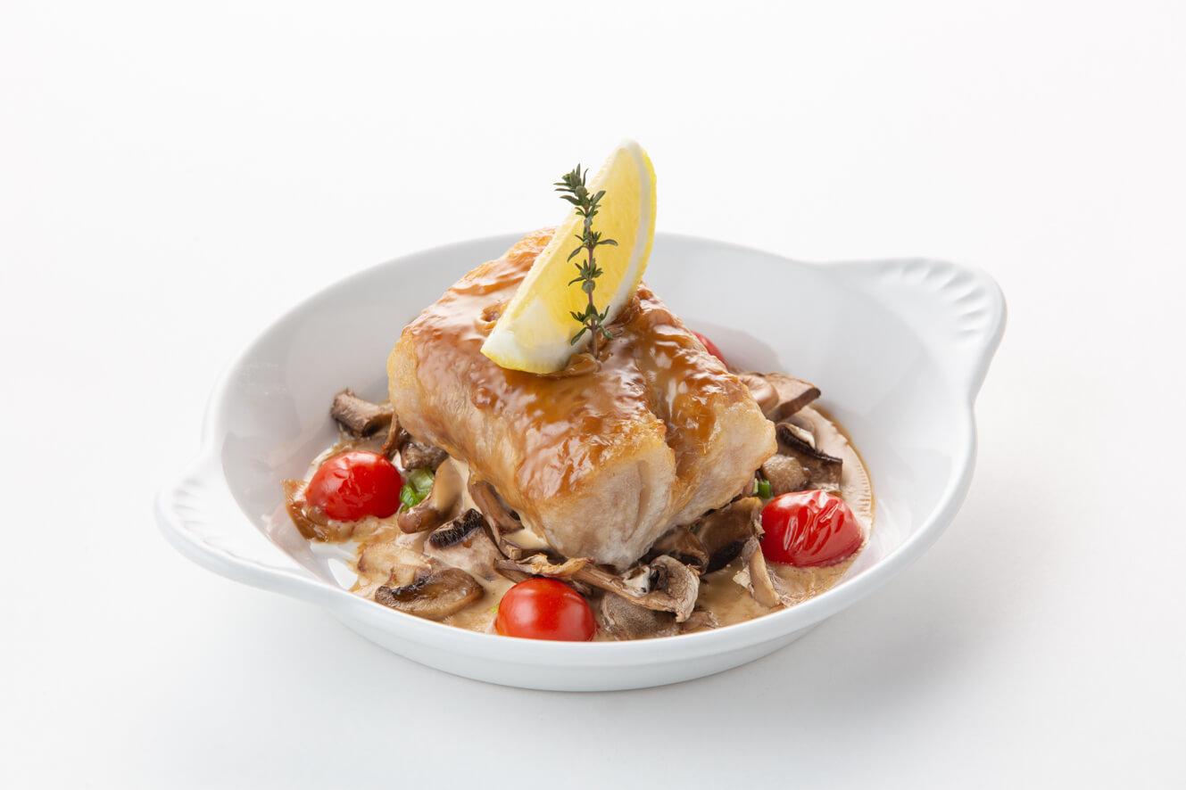 Филе трески, запеченное с грибами и пореем, в сливочном соусе
