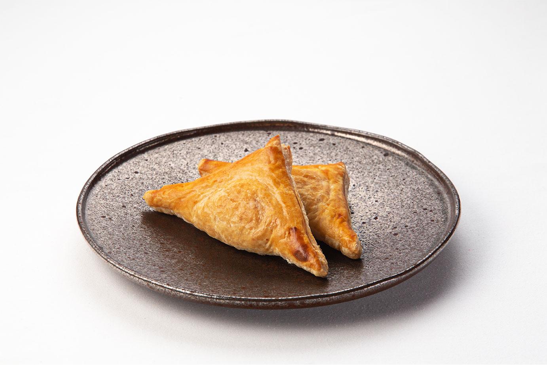 Пирожок слоеный с курицей