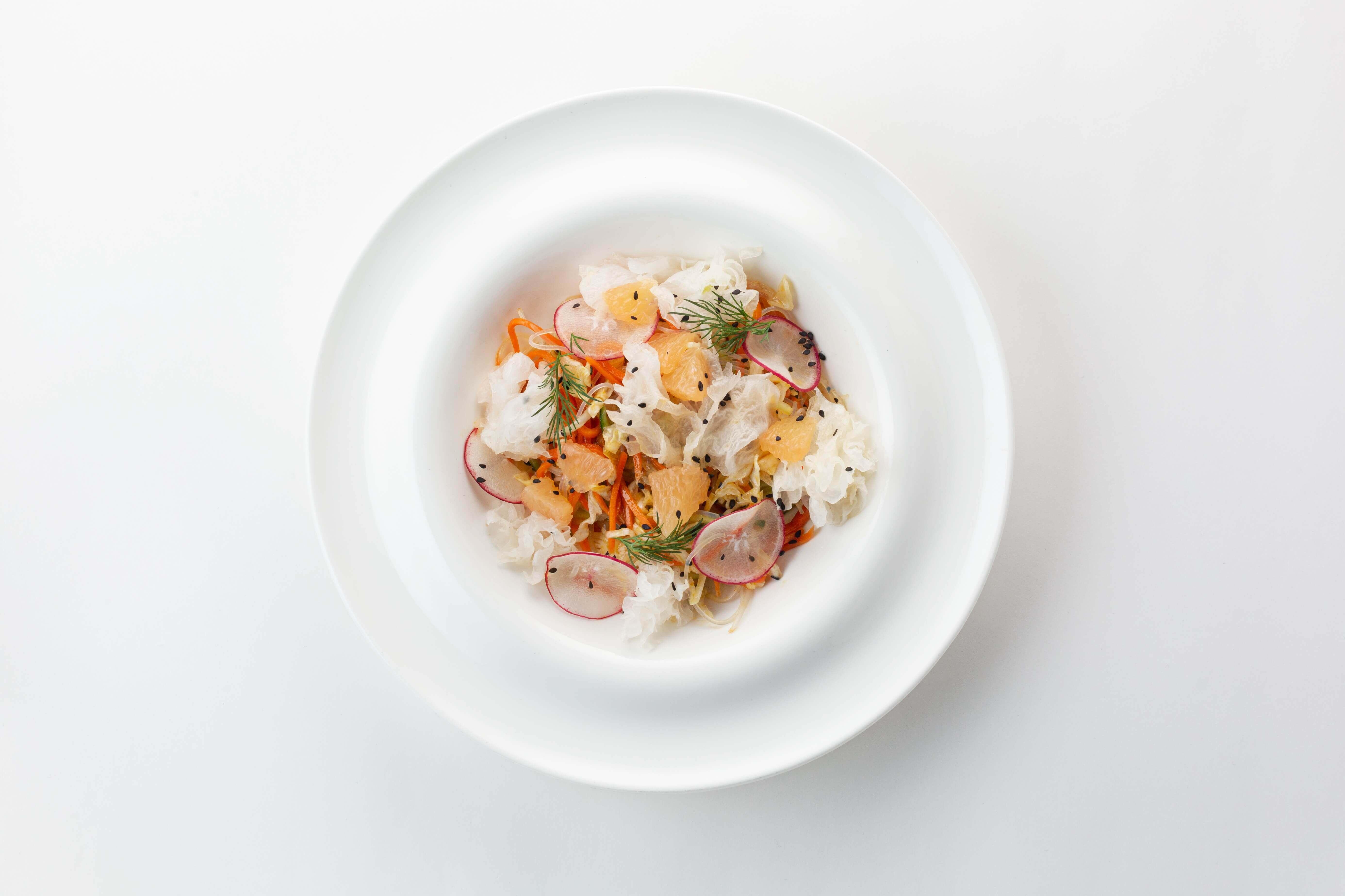 Салат с рисовой лапшой, ледяными грибами и овощами