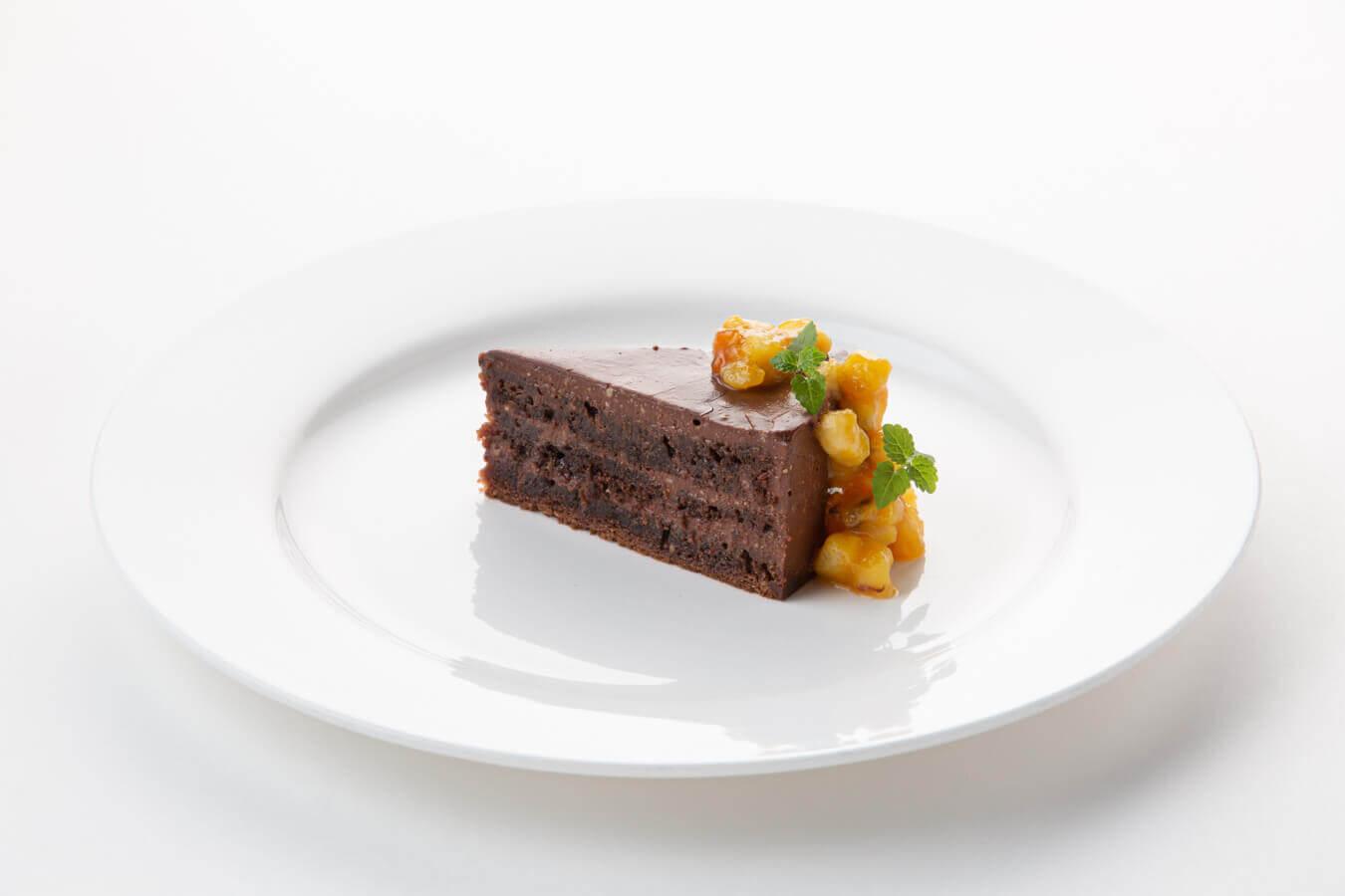 Шоколадный торт с бананом и маракуйей