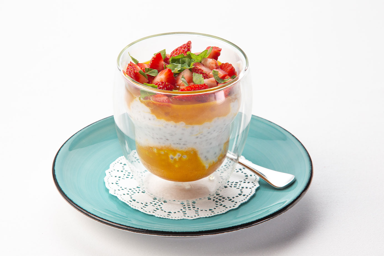 Пудинг из семян чиа на кокосовом молоке с манго и клубникой
