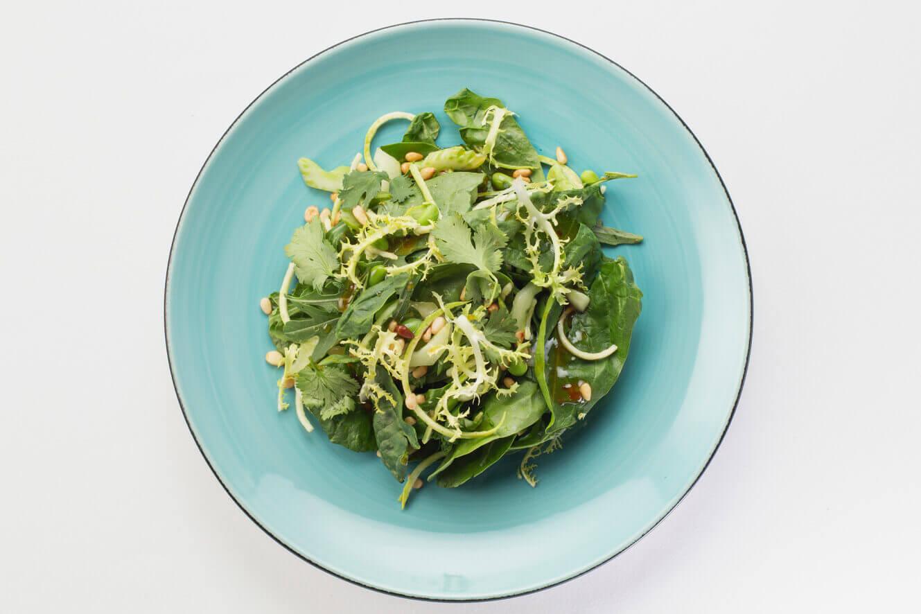 Зелёный салат с авокадо и бобами эдамамэ