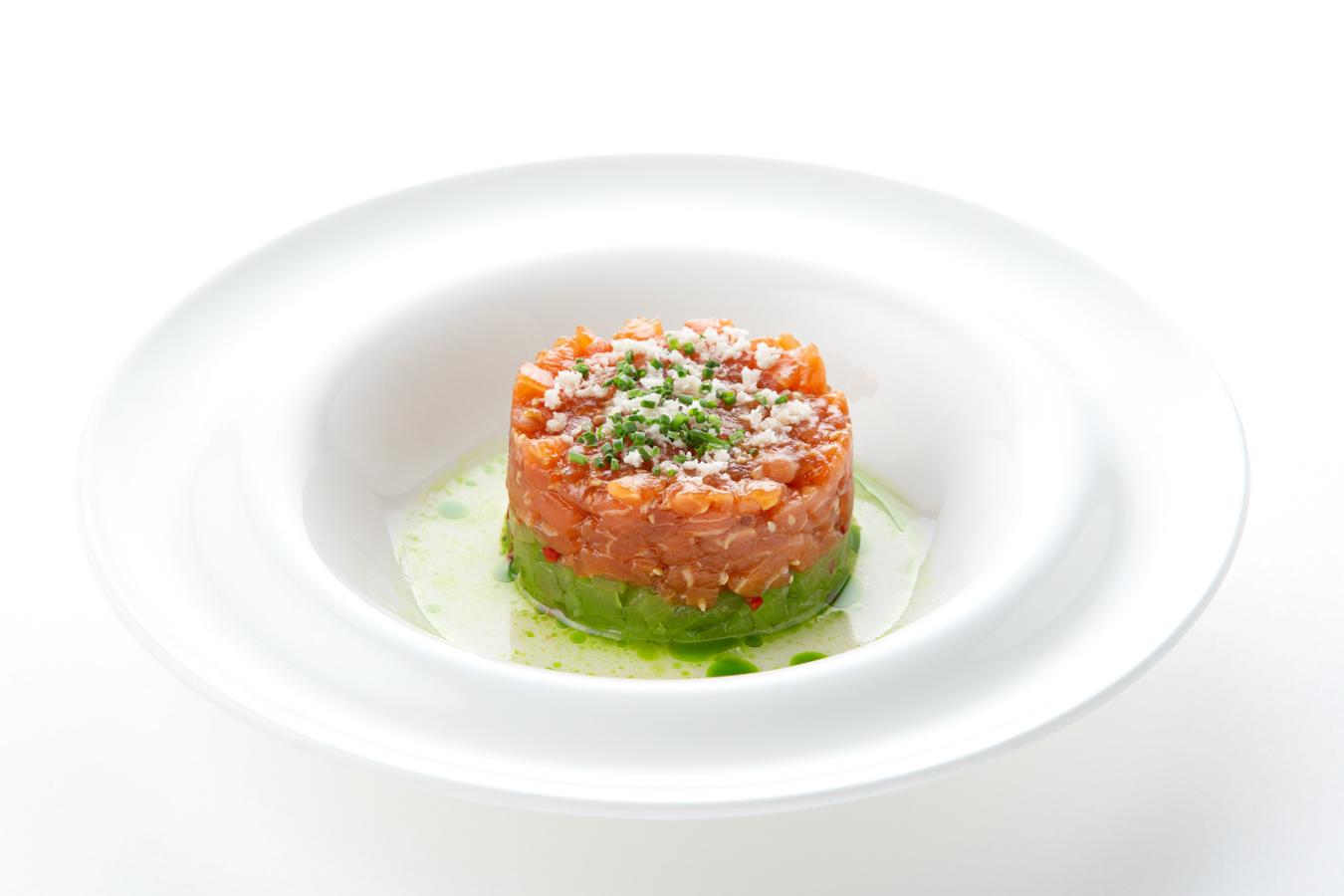 Тартар из лосося в кунжутно-соевом маринаде с огурцом