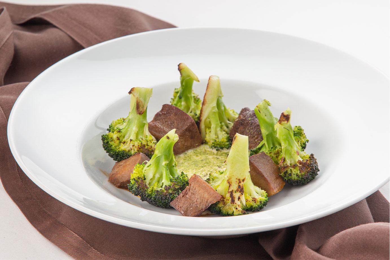 Язык говяжий с брокколи и дижонским соусом