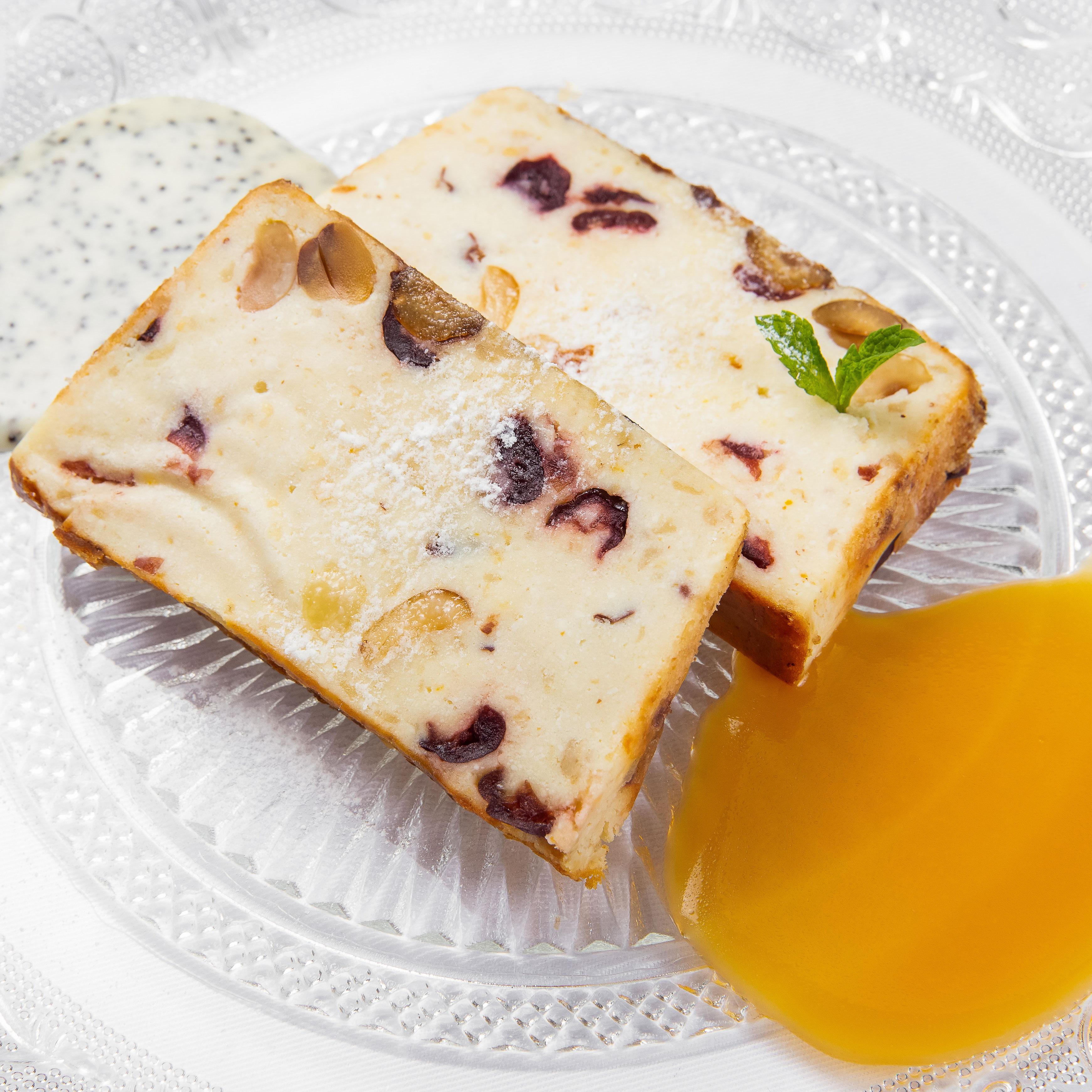Творожная запеканка с карамелью и ванильно-маковым соусом